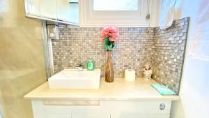 A bathroom at Modern and cosy studio flat