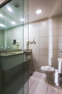 A bathroom at Transamerica Prestige - Beach Class International (Boa Viagem)