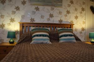 A bed or beds in a room at Ginnie's Guesthouse