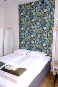 A bed or beds in a room at Stadsherberg de Poshoorn