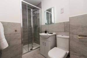 A bathroom at Sublime Stays Stylish Studios Stoke City Centre