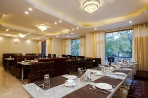 A restaurant or other place to eat at La Serene Valley Manali