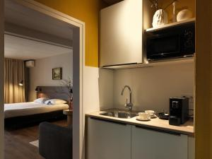 A kitchen or kitchenette at Townhouse Design Hotel & Spa