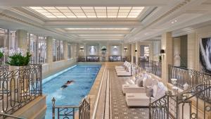 Der Swimmingpool an oder in der Nähe von Four Seasons Hotel George V Paris