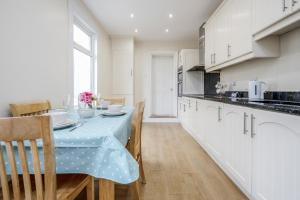 A kitchen or kitchenette at Contractors & Trade Accommodation Kent