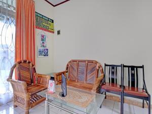 A seating area at OYO 90329 Cipendawa Md38 Homestay