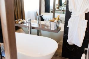 A bathroom at The Redhurst Hotel Glasgow