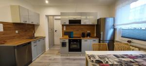 A kitchen or kitchenette at Apartament Grunwaldzka