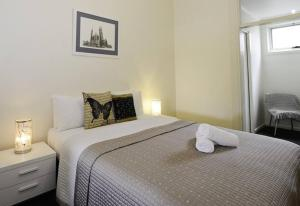 A bed or beds in a room at Cobb & CoHouse -Luxury Large Home BendigoCBD