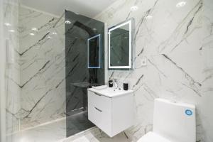 Koupelna v ubytování The Royals Downtown