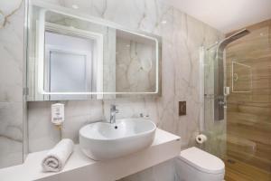 A bathroom at Dandidis Seaside Pension