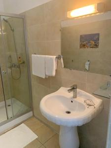 A bathroom at Hotel Restaurant océano