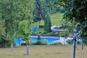 Ein Blick auf den Pool von der Unterkunft Wohnmobilstellplatz Erlebnisland Kegelsberg oder aus der Nähe