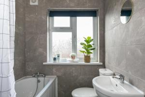 A bathroom at Bright Fieldhouse Contractor and Family House inc Free Parking by ComfyWorkers