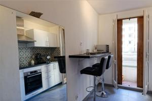 A kitchen or kitchenette at Modern flat 2 steps from the port of Marseille