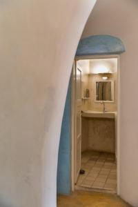 A bathroom at Caveland