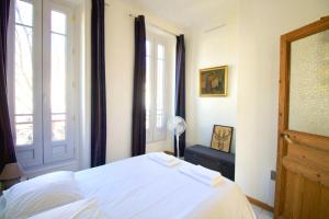 A bed or beds in a room at Large Apartment with Quiet Terrace