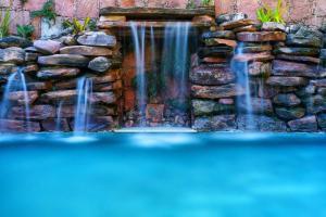 A piscina localizada em Pousada Vila Serrano ou nos arredores