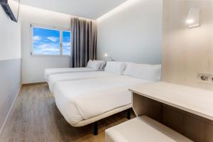 A bed or beds in a room at B&B Hotel Barcelona Viladecans