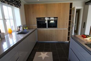 A kitchen or kitchenette at Seaside Lodge Sylt