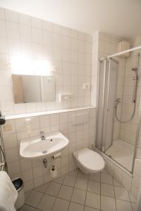 A bathroom at Hotel Fallersleber Spieker