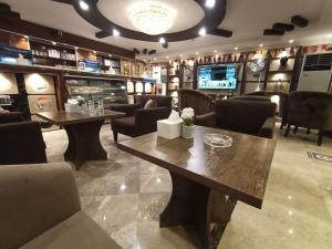 O lounge ou bar de Qasr Al Thuraya Hotel Apartments