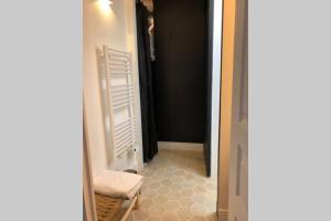 A bathroom at Studio vue mer dans le quartier de saint Victor