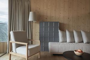 Ein Sitzbereich in der Unterkunft Forestis Dolomites