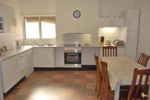 A kitchen or kitchenette at Jacaranda Cottage