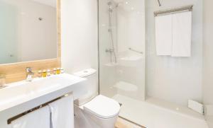 Een badkamer bij Globales Condes de Alcudia