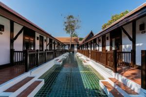 Der Swimmingpool an oder in der Nähe von Legendha Sukhothai Hotel