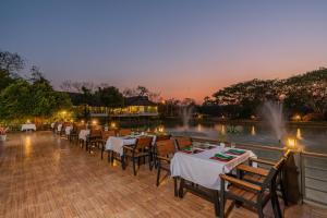 Ein Restaurant oder anderes Speiselokal in der Unterkunft Le Charme Sukhothai Historical Park