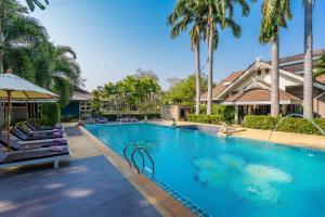 Der Swimmingpool an oder in der Nähe von Le Charme Sukhothai Historical Park