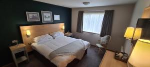 A bed or beds in a room at Boat & Horses Inn