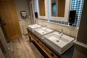 A bathroom at Brunel Inn