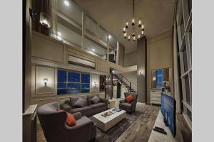 A seating area at Penang Seaview Maritime Luxury Suite 槟城海景公寓
