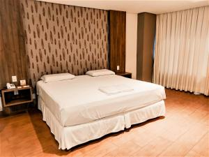 A bed or beds in a room at Continental Inn