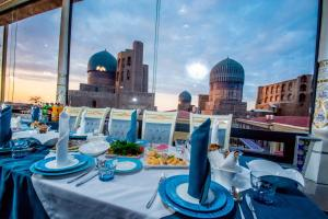 A restaurant or other place to eat at Bibikhanum Hotel