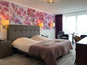 Een bed of bedden in een kamer bij Hotel Cafe Restaurant Duinzicht