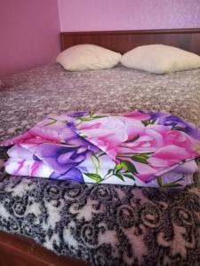 Кровать или кровати в номере KOMFORT около набережной