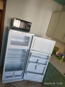 Кухня или мини-кухня в KOMFORT около набережной
