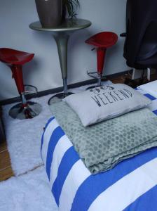 A bed or beds in a room at Un studio à louer ds un endroit calme près de la ville de Dinant