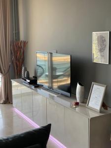 En tv och/eller ett underhållningssystem på Into The Blue Luxury Living