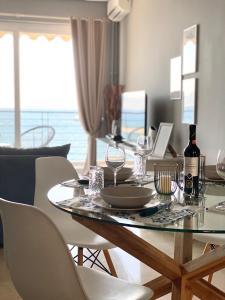 En restaurang eller annat matställe på Into The Blue Luxury Living