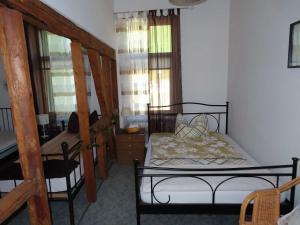 سرير أو أسرّة في غرفة في Ferienwohnungen am Weinberg Bad Sulza