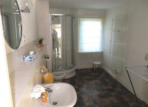 Ein Badezimmer in der Unterkunft Ferienwohnungen am Weinberg Bad Sulza