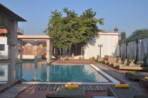 The swimming pool at or close to Amritara Chandra Mahal Haveli, Bharatpur