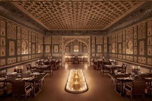Ein Restaurant oder anderes Speiselokal in der Unterkunft The Leela Palace Jaipur