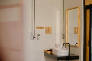 A bathroom at Karpenter Lampang