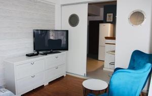 Telewizja i/lub zestaw kina domowego w obiekcie Apartament DELTA przy plaży, miejsce parkingowe